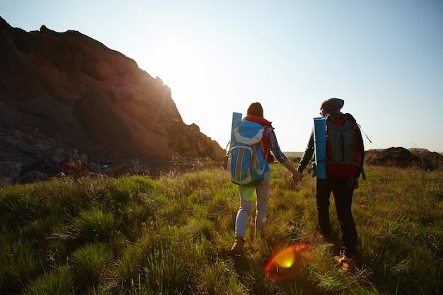 自然を探索する若いカップル