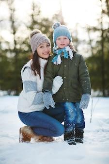 母と息子の冬のポートレート