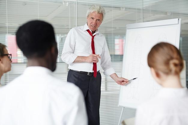 同僚とアイデアを共有する