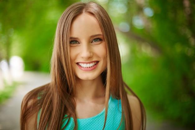 屋外で若い女性のクローズアップ