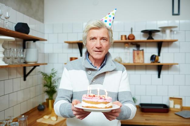 ケーキを持つ男