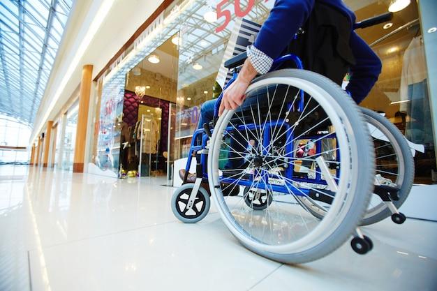車椅子の買い物客