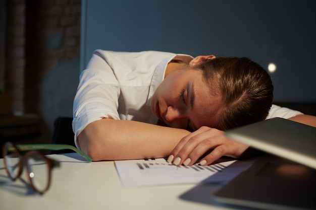 オフィスで寝る
