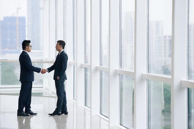 ビジネスの人々が握手