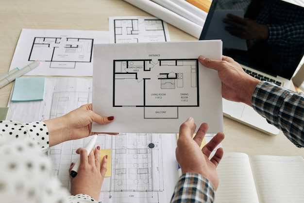 建築計画について話し合う