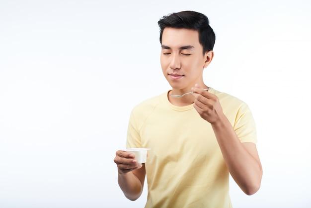 Наслаждаясь вкусным йогуртом