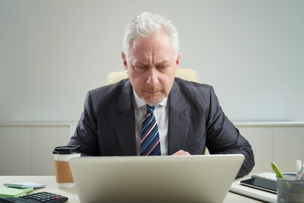 Старший бизнесмен на рабочем месте