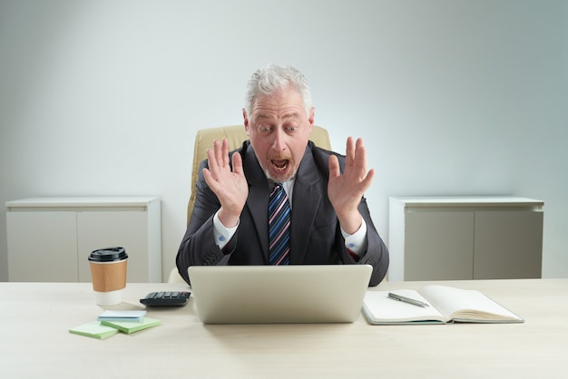 Зрелый бизнесмен получил негативные новости