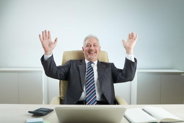 成功を祝う陽気なマネージャー
