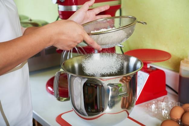 小麦粉をふるいにかける