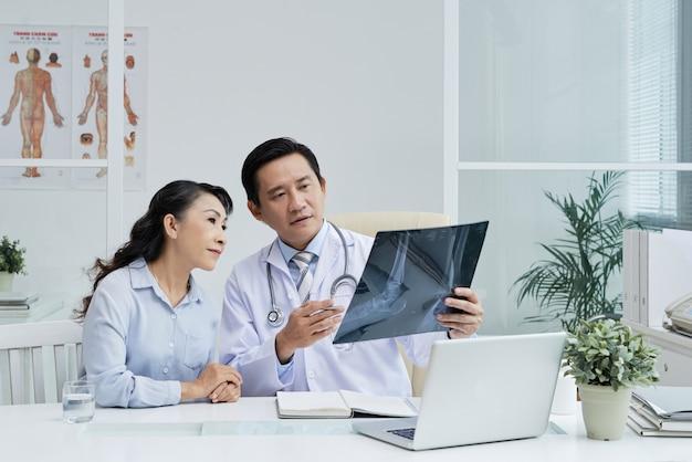外科医と治療について話し合う