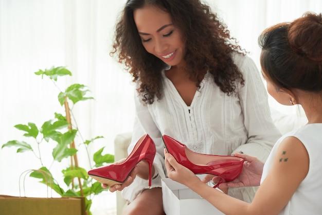 これらの靴を見てください