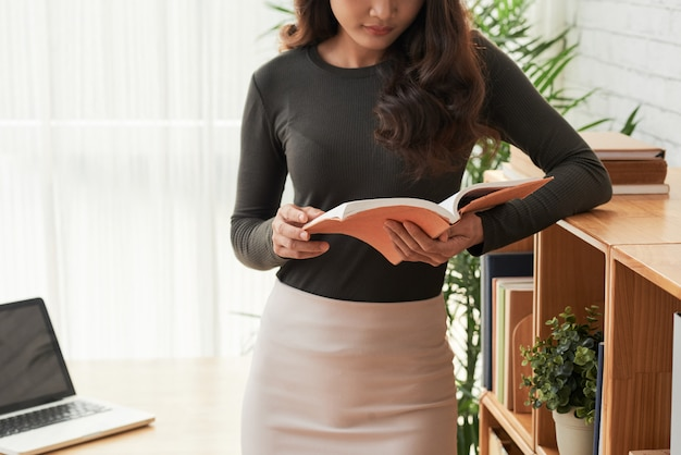 読書の女性