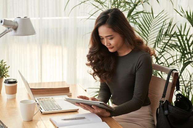 デジタルタブレットでエレガントなビジネス女性