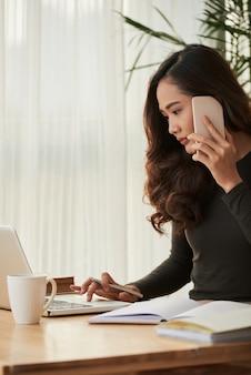 電話でのビジネスの女性