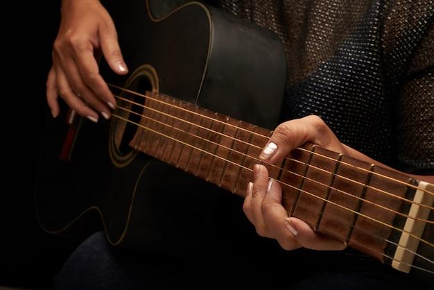 アコースティックギターを演奏する