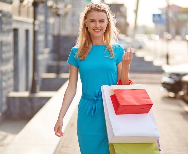 市内のショッピングバッグに満足して女性