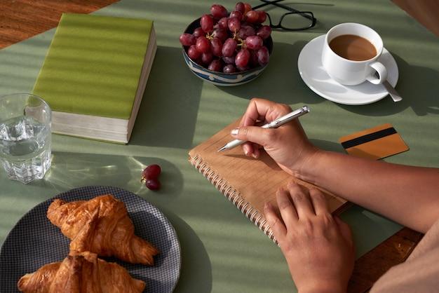 朝食でメモを取る