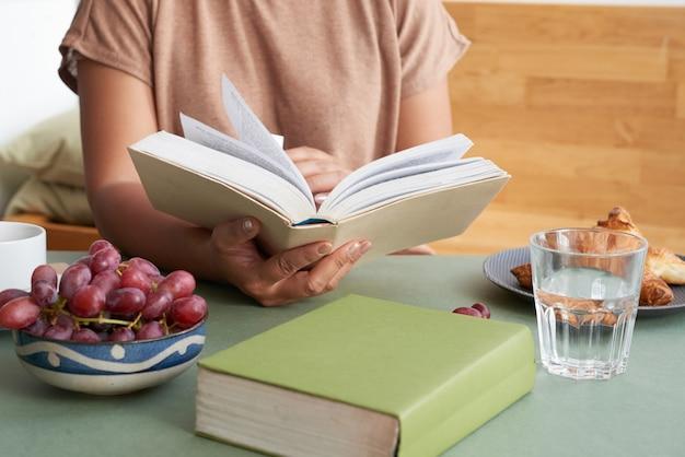 朝食を食べている本の虫
