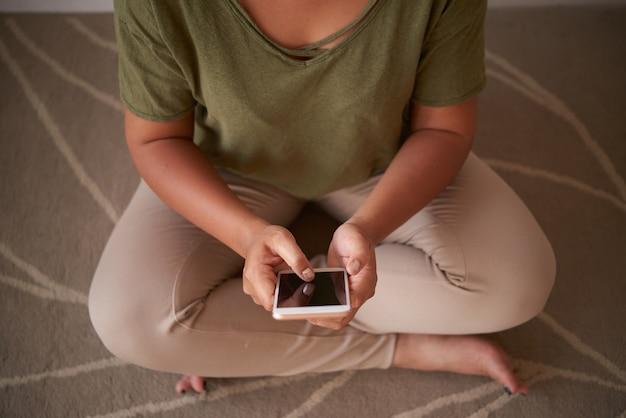 スマートフォンでインターネットを閲覧する