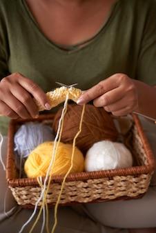 カラフルなスカーフを編む女性