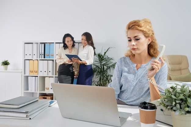 Работающая бизнес-леди