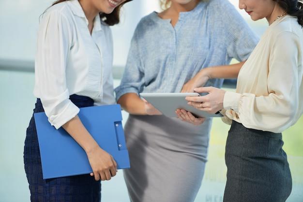 タブレットコンピューターを持つビジネス女性