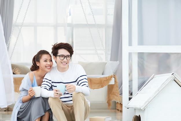 Счастливая пара пьет кофе