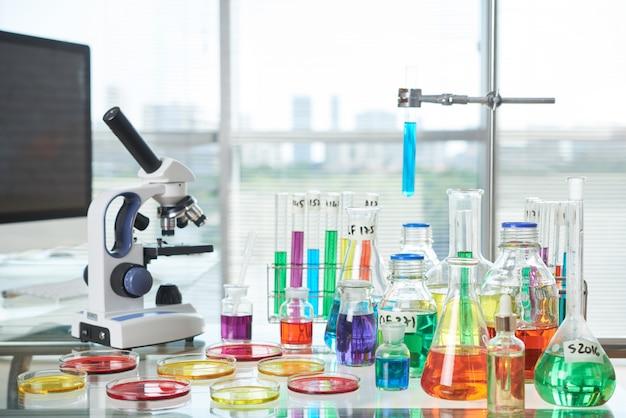 現代の実験室のインテリア