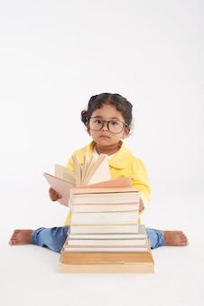 読書に包まれた愛らしい幼児