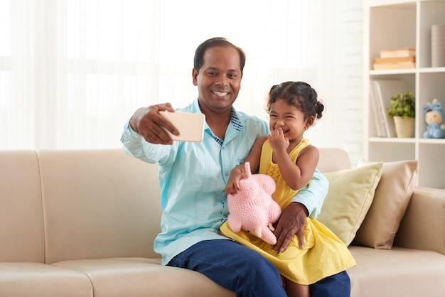 Улыбающаяся семья с удовольствием