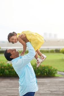 Играя с дочерью на открытом воздухе