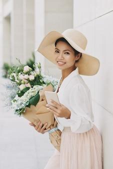 花束ときれいな女性