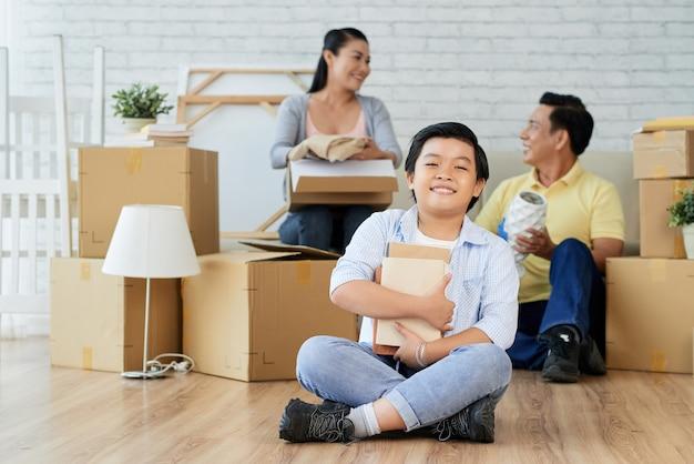 両親と一緒に荷物を開ける