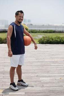 Человек играет в баскетбол
