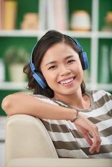 音楽を聴いている女の子