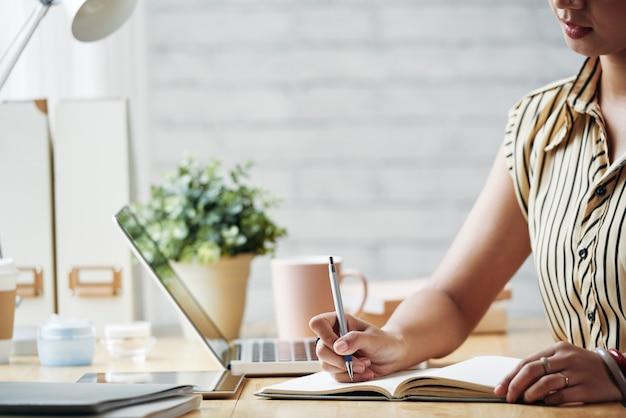 ビジネスの女性の仕事を計画