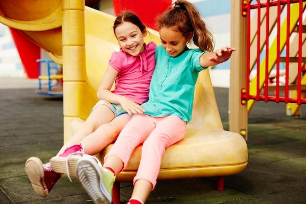 遊び場で遊んで小さな女の子