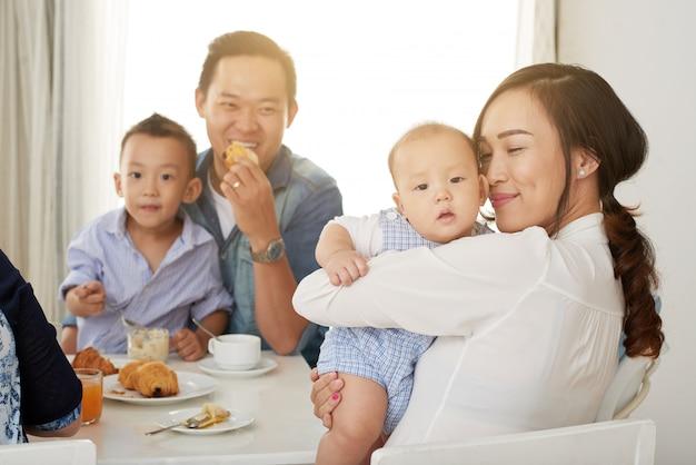 日光の下での家族の朝食