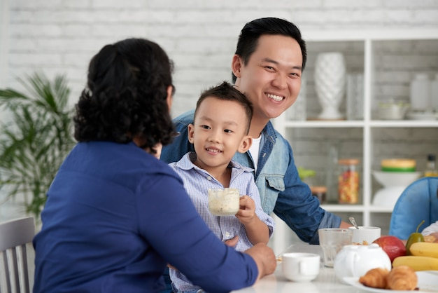 朝食を持っているアジアの家族