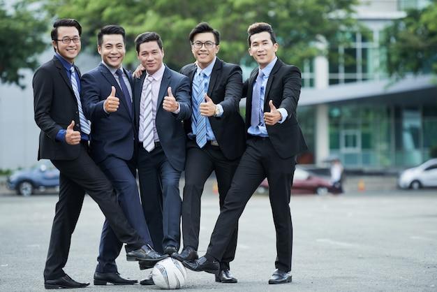 写真のためにポーズをとるサッカーファン
