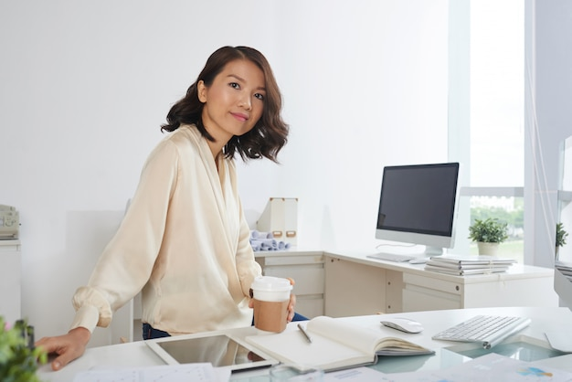 オフィスで若い実業家