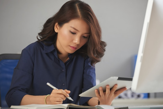 ノートを作る若い実業家