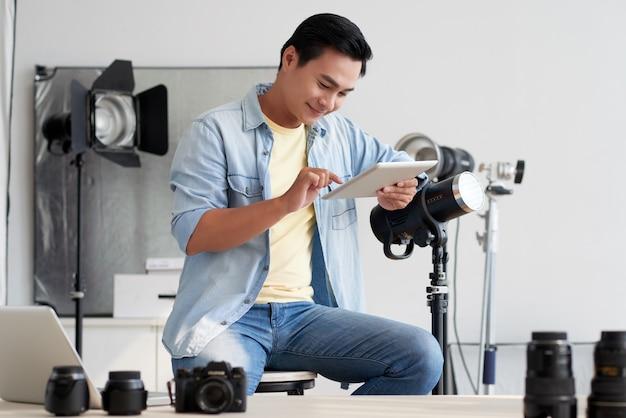 スタジオで働く写真家