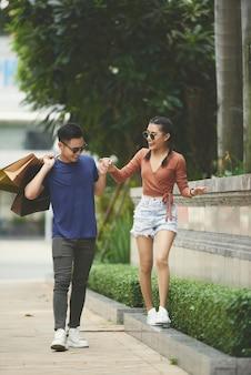 陽気な若いカップル