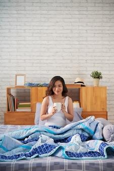 Кофе выпивая милую женщину