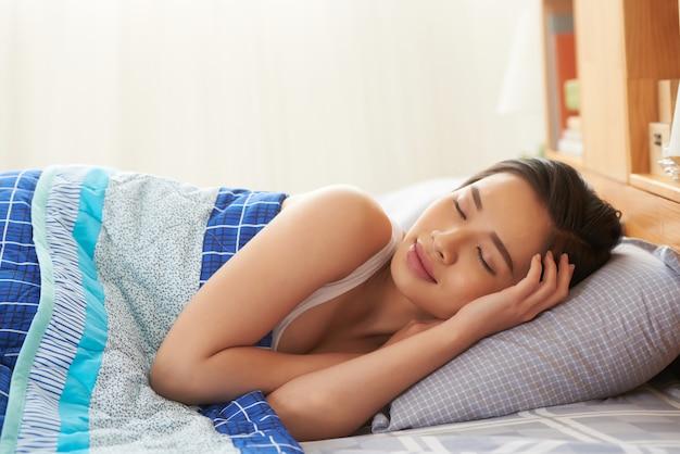 眠っている女性