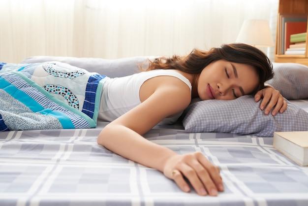 昼寝きれいな女性