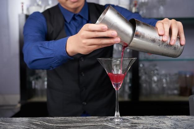 Делать коктейль