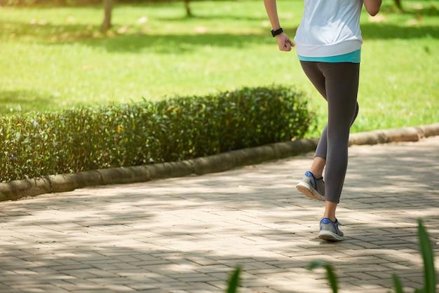 若い女性が公園でジョギング